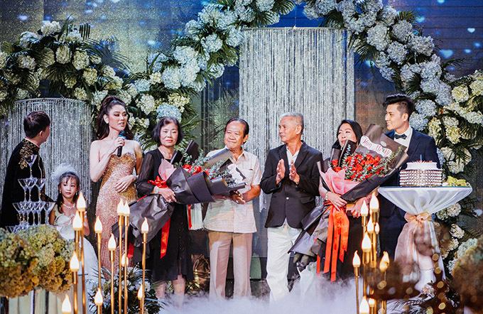 Bố mẹ ruột của Lâm Khánh Chi và bố mẹ chồng cô cũng có mặt trên sân khấu đêm tiệc. Một nguồn tin tiết lộ, nữ ca sĩ chi hơn 500 triệu đồng mời 500 vị khách dự thôi nôi con trai.