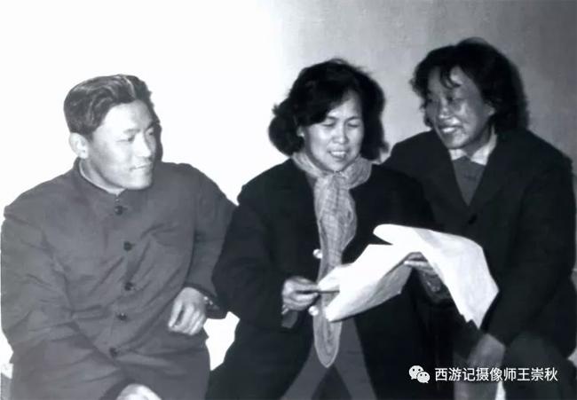 Bà Trâu Ức Thanh (ngoài cùng bên phải) và đạo diễn Dương Khiết.