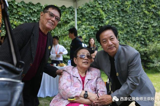 Bà Trâu Ức Thanh bên các nghệ sĩ đóng Tây Du Ký trong lễ viếng bà Dương Khiết.