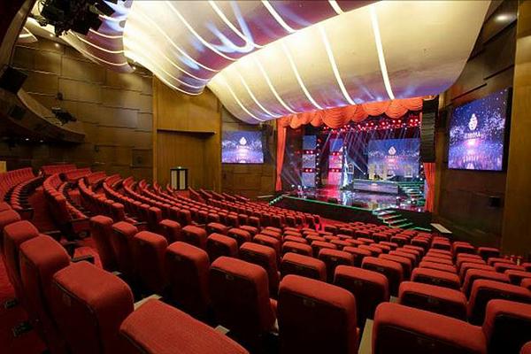 Bên cạnh đó, với kiến trúc hiện đại, nhà hát Corona - Corona Theater là nơi tổ chức nhiều sự kiện quan trọng. Nhiều ngôi sao nổi tiếng Hàn Quốc như diễn viên Kang EunTak, Hong Soo A, tài tử Shim Ji Ho, siêu mẫu Ha YeonHwa... và các nghệ sĩ Việt Nam từng tham dự các sự kiện đình đám tại đây.
