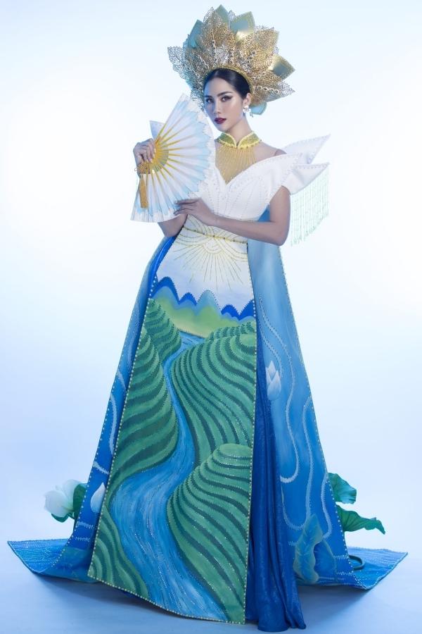 Thân áo dài được cách điệu với sáucánh hoa sen tỏa ra quyền lực và mạnh mẽ.