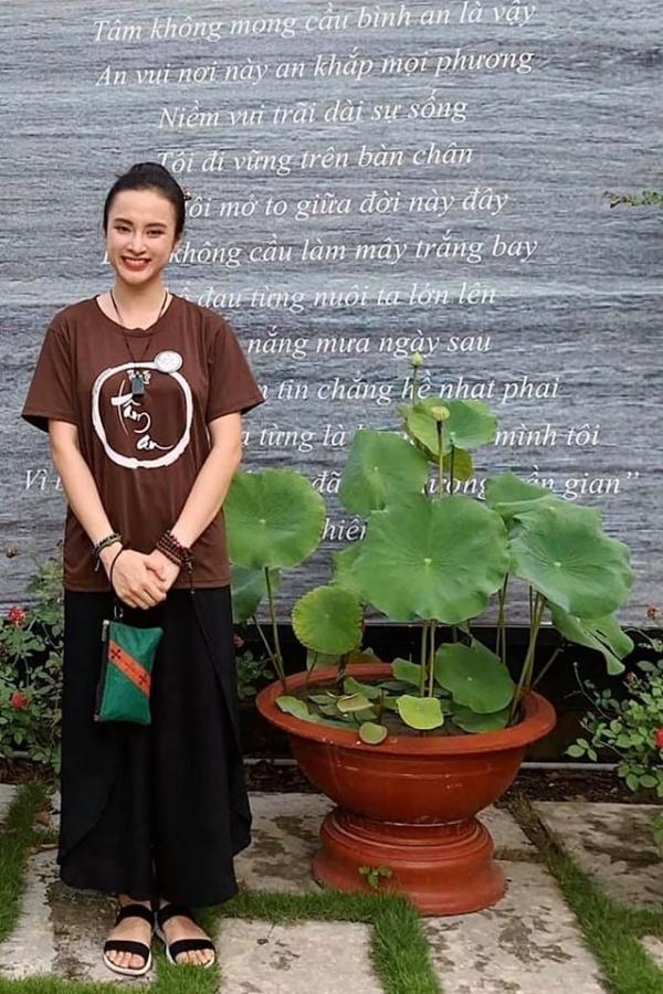 Rời bỏ hình ảnh lộng lẫy hay gợi cảm, Angela Phương Trinh giản dị với đồng phục khi tham gia một khoá tu. Trên trang cá nhân, cô thường chia sẻhình ảnh, triết lý về Phật pháp.