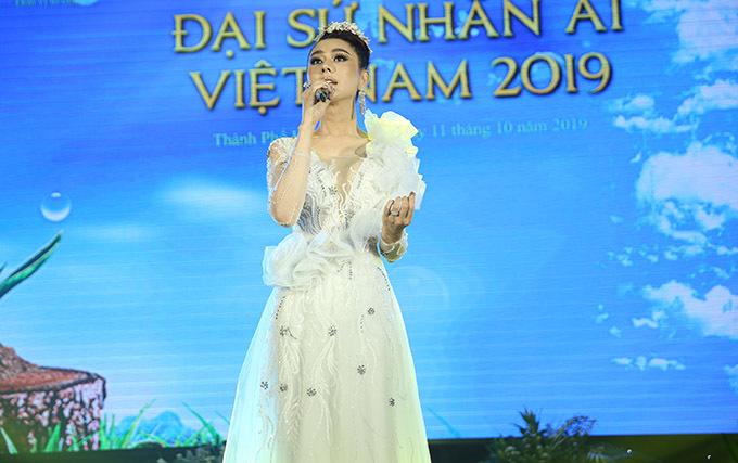 Lâm Khánh Chi thay ba trang phục trong sự kiện tối 11/10. Cô khoe nhan sắc trẻ trung, xinh đẹp ở tuổi 42 với váy trắng và ngẫu hứng thể hiện một ca khúc trữ tình ngọt ngào.