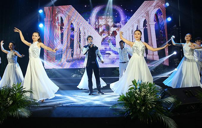 Nguyên Vũ cùng vũ đoàn biểu diễn một tiết mục trong lễ trao giải.