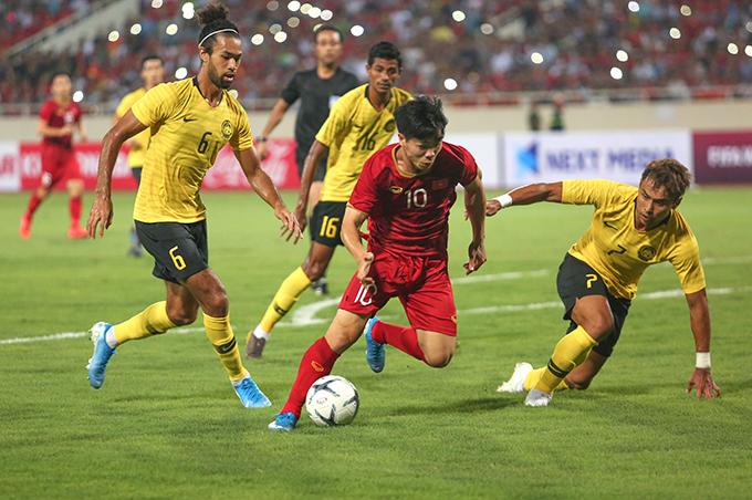 Công Phượng đi bóng trong trận đấu với Malaysia. Ảnh: Đương Phạm.