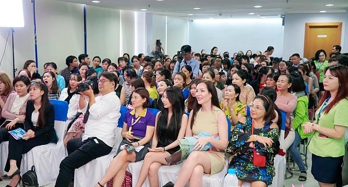 Phần lớn khách hàng tham dự sự kiện là phái đẹp.