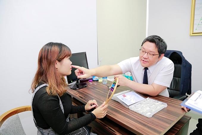 Về xu hướng nâng mũi đang thịnh hành tại Hàn Quốc, Tiến sĩ, Bác sĩ Taek Kyun Kim cho hay: Người Hàn Quốc mong muốn có một dáng mũi tự nhiên. Do vậy, bác sĩ sẽ phân tích các tỉ lệ gương mặt, từ đó cải thiện dáng mũi sao cho hài hòa nhất.