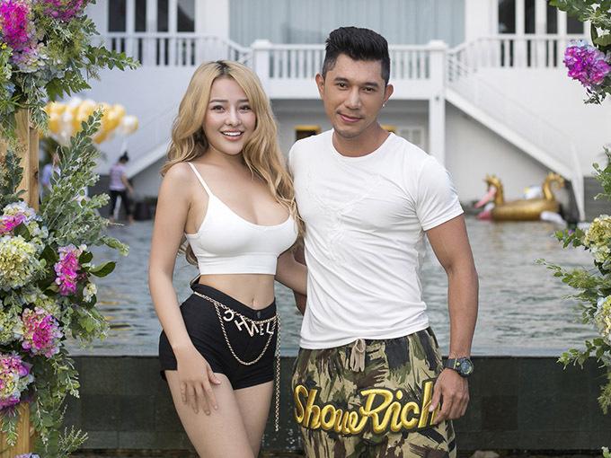 Ngân 98 từng tố cáo Lương Bằng Quang lăng nhăng, ngang nhiênqua lại với cô gái khác khi cả hai cònyêu nhau. Tuy nhiên trong buổi tiệc hôm 12/10, hot girl và nhạc sĩ vẫn vui vẻ chụp ảnh chung.