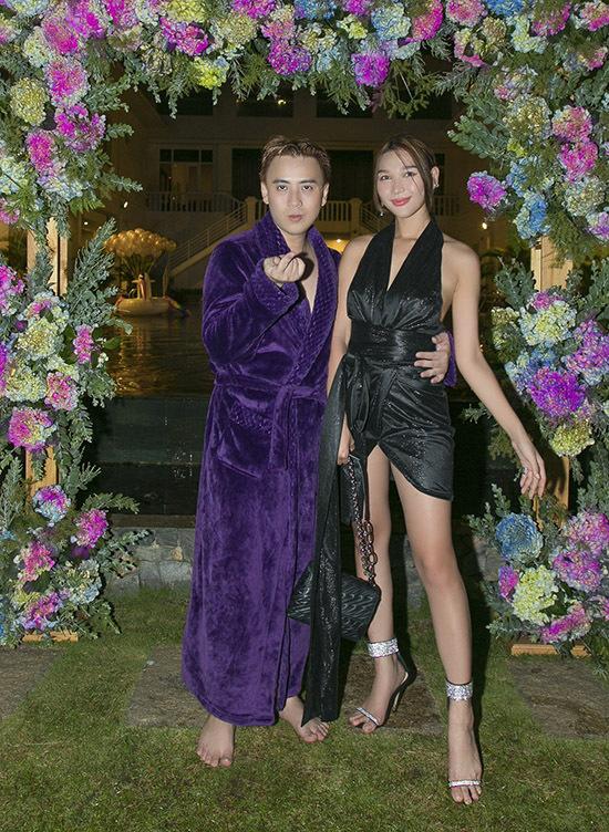 Chân dài Diệp Linh Châu thích thú dự tiệc bên hồ bơi với nhà thiết kế.