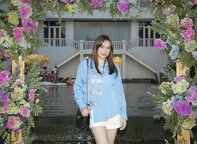 Hoa hậu Diệu Hân mặc đơn giản tới chúc mừng Văn Thành Công.