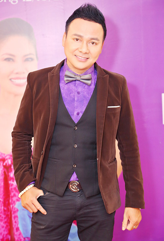 Diễn viên Trường Thịnh mặc bảnh bao đảm nhiệm vai trò MC.