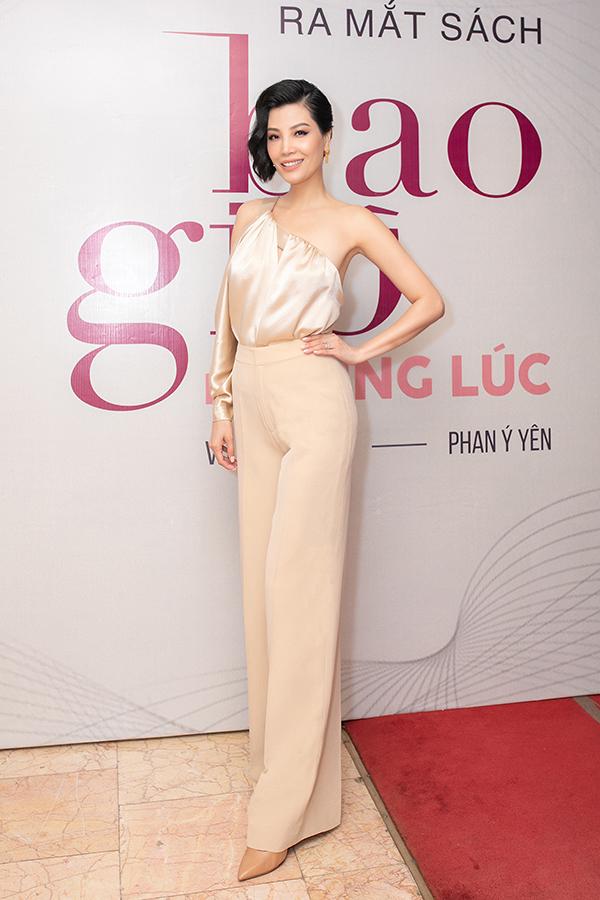 Vũ Cẩm Nhung trong buổi ra mắt sách ở Hà Nội.