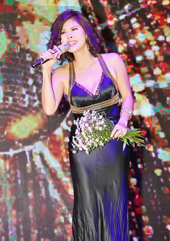 Hồ Lệ Thu cũng khoe giọng hát nội lực, đầy cảm xúc. Hiện cô vừa hoạt động nghệ thuật vừa kinh doanh.
