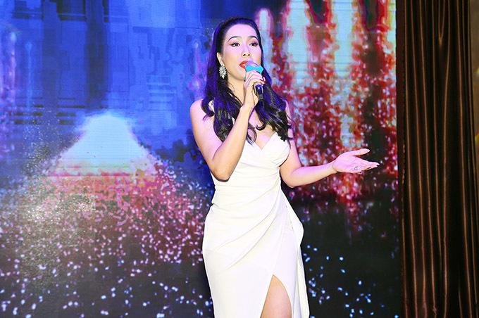 [Caption Mở màn cho chương trình bằng một tiết mục ấn tượng của NSƯT Trịnh Kim Chi, cô gửi đến cho mọi người ca khúc Hồn Quê, nhận được vô vàn lời khen đến từ khán giả Vĩnh Long vì không chỉ là người đẹp có tấm lòng nhân ái, giản dị lại có tiếng hát trong trẻo.