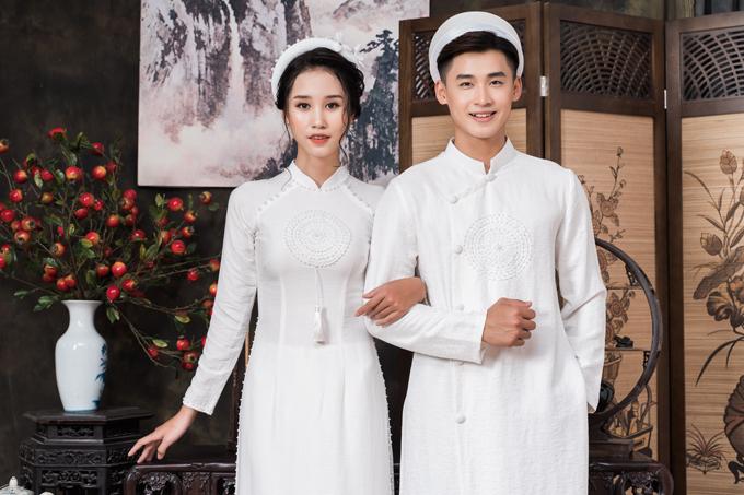 Tà áo thuần trắng có họa tiết tương đồng là vòng tròn điểm hạt ngọc, mang ý nghĩa biểu trưng về một tình yêu có sự tuần hoàn, không có điểm kết thúc.
