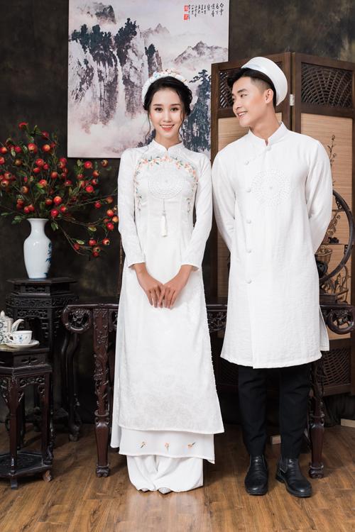 Sự góp mặt của những bông hoa nhí trên tà áo giúp bộ cánh của cô dâu trở nên sinh động, nữ tính hơn.
