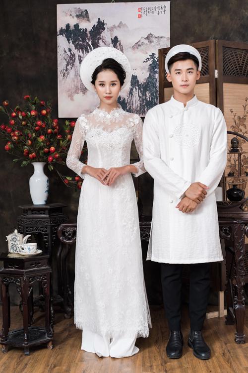 Bên cạnh những áo dài truyền thống, áo dài cách tân phom dáng váy cướitrở thành xu hướng cô dâu không thể bỏ lỡ trong mùa cưới. Bộ cánh có cổ ren illusion, thể hiện vẻ đẹp gợi cảm của tân nương.