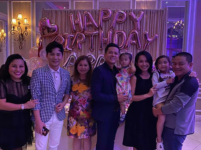 Vợ chồng diễn viên Kim Hiền cũng bế con gái đến dự tiệc. Nữ diễn viên Hương phù sa làm việc chung với Hoàng Anh tại các sân khấu hải ngoại.