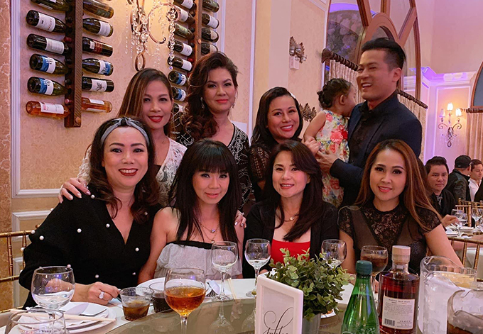 Diễn viên Kim Thư Gái nhảy (bìa phải) cũng có mặt tại bữa tiệc.
