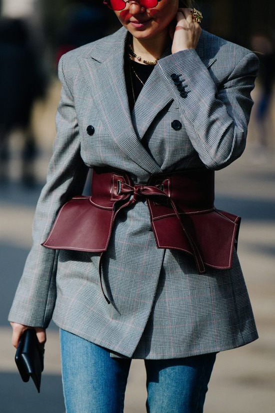 Thông thường các kiểu belt da to bản hay được mix cùng các mẫu áo oversize, váy liền thân và các kiểu blazer hợp mốt.