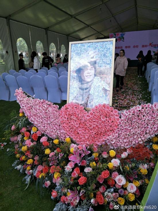 Ngày 15/10 là ngày sinh của cố diễn viên Kiều Nhậm Lương, người hâm mộ và gia đình của anh đã chung tay tổ chức một sự kiện đặc biệt, như món quà đặc biệt gửi tới người quá cố nơi thiên đường. Trong bức ảnh được đặt ngay tại sảnh vào, Kiều Nhậm Lương cười tươi rạng rỡ.