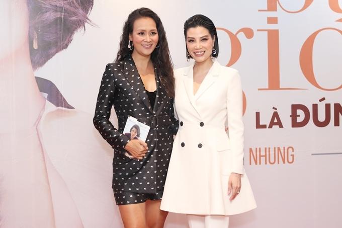 Người mẫu Bảo Ngọc (trái) chúc mừngsiêu mẫu Vũ Cẩm Nhung phát hành tự truyện.