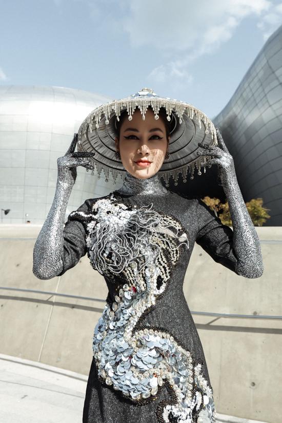 Kết hợp cùng kiểu áo đính kết cầu lỳ, nón lá cũng được trang trí bắt mắt để giúp người mặc gây sức hút khi chụp ảnh street style.