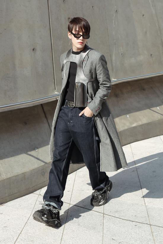 Khi lên đồ cho Ti Ti, stylist Kye cũng không quên chọn cho mình bộ cánh tông màu đen - xám để tạo sự liên kết và thể hiện tinh thần team work