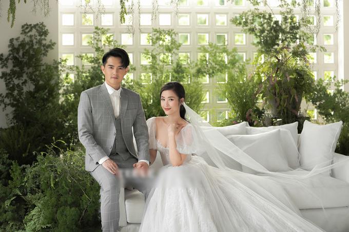 Hôm nay, NTK Chung Thanh Phong - người thực hiện lễ phục cưới, chuẩn bị concept hình của Đông Nhi - Ông Cao Thắng đã gửi tới fan trọn vẹn bộ ảnh cưới chính thức của cặp sao.