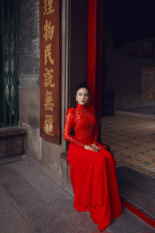 Bộ ảnh được hỗ trợ thực hiện bởi nhiếp ảnh Linh Phạm, trang điểm Tài Phạm và làm tóc Trần Trung Tín.