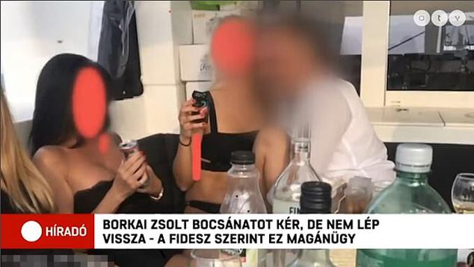 Ông Zsolt Borkai (áo trắng) thân mật với một cô gái mặc bộ bikini màu đen trên du thuyền. Ảnh cắt từ video.