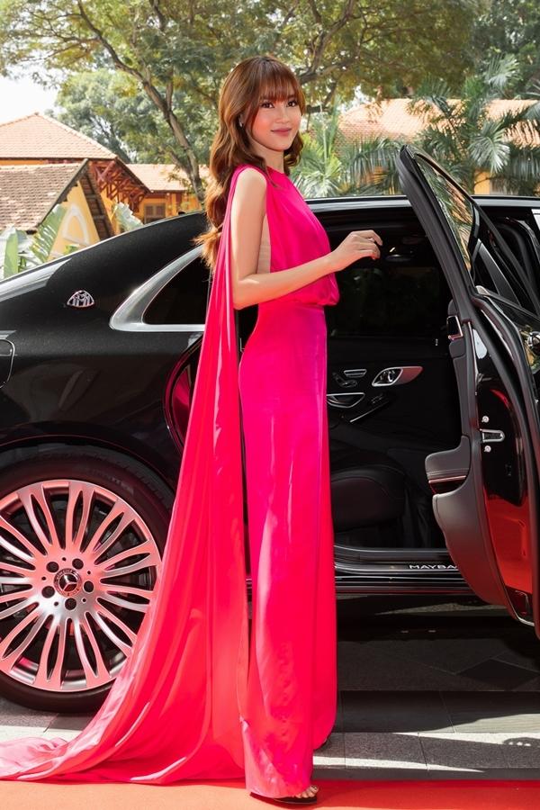 Lan Ngọc gây chú ý khi Người đẹp bước xuống từ xe Mercedes - Benz Maybach có trị giá tầm 16 tỷ đồng.