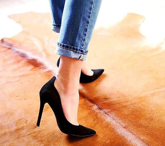 Xắn một gấuÁp dụng với: Quần jeans bó sát, dài tới khoảng mắt cá. Kiểu xắn này không chỉ khiến bạn trông trẻ trung, phong cách hơn mà còn rất hiệu quả trong trường hợp các nàng muốn khoe đôi giày yêu thích. Đặc biệt, đừng quên xắn gấu khi bạn mang sandal quai ngang.Cách thực hiện: Gấp mỗi ống quần lên khoảng 3 cm. Tránh gấp quá cao, bởi khi đó trông bạn sẽ giống như chuẩn bị đi rửa chân hoặc lội nước.