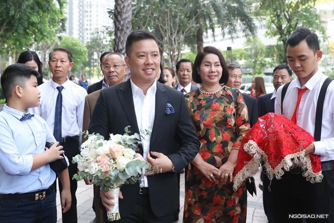 Xuân Văn đôi chút hồi hộp trước khi lên nhà gặp vợ.