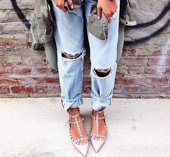 Xắn gấu ngẫu hứngÁp dụng với: Quần jeans ống rộng bụi bặm (boyfriend jeans). Kiểu quần này cũng phù hợp với phương pháp xắn vài gấu.Cách thực hiện: Gấp ống lên một đoạn khoảng 5-7 cm, để lùng bùng tự nhiên chứ không vuốt phẳng. Sau đó gập đường viền gấu ra ngoài. Hai bên gấu không cần bằng nhau. Cách tạo nếp khác nhau càng thể hiện được vẻ cá tính, phóng khoáng.