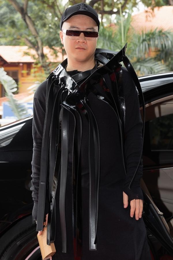 Nhà thiết kế Đỗ Mạnh Cường mặc cá tính đến họp báo.