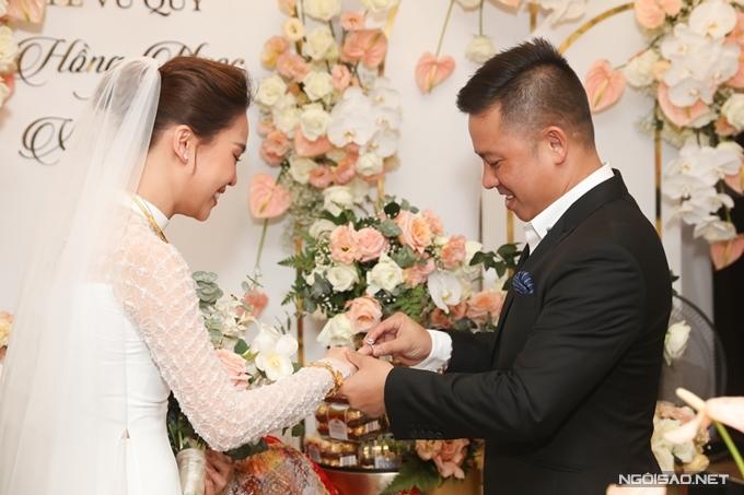 Xuân Văn trao nhẫn cho vợ. Đây là minh chứng cho tình yêu chúng ta và anh chờ rất lâu để trao cho em, chú rễ run run bày tỏ.