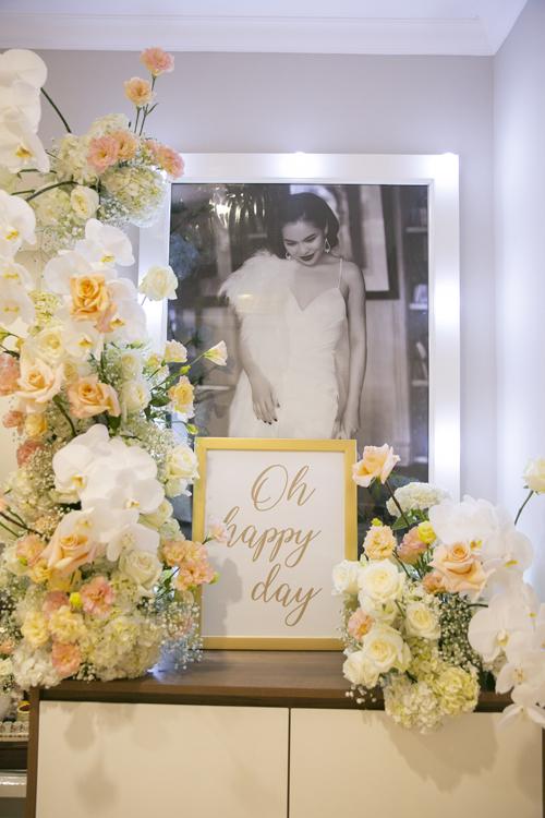 Hoa được đặt nơi tủ gần cửa ra vào, giúp không gian thêm lãng mạn.Bộ ảnh được thực hiện bởi nhiếp ảnh: Kevin Ngô, decor & áo dài phù dâu: Honey Bees.