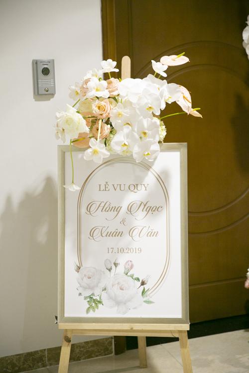 Bảng chào mừng được đặt trước cửa nhà cô dâu.