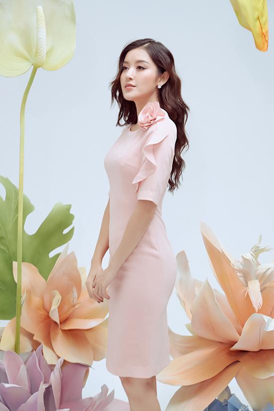 Váy liền thân là trang phục được nhiều chị em công sở ưa chuộng. Bởi nó dễ sử dụng và luôn giúp họ trở nên thanh lịch hơn khi đến văn phòng.
