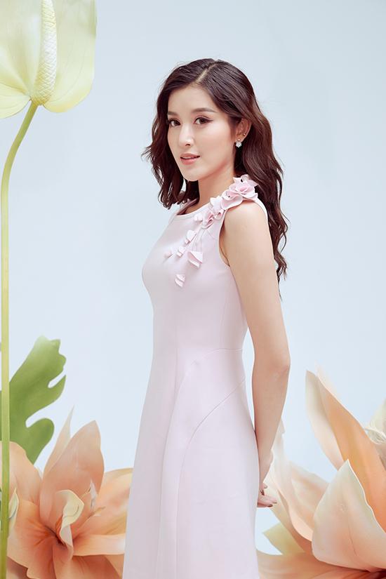 Những dáng váy quen thuộc trở nên mới mẻ hơn bởi cách sử dụng họa tiết bèo nhún, xếp hoa, tạo khối nhẹ nhàng ở cầu vai, ngực áo.