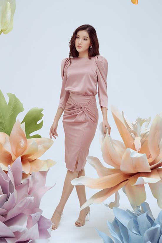 Kỹ thuật xoắn vải được áp dụng một cách hiệu quả để tạo hiệu ứng ấn tượng trên các kiểu chân váy rời, váy cocktail.