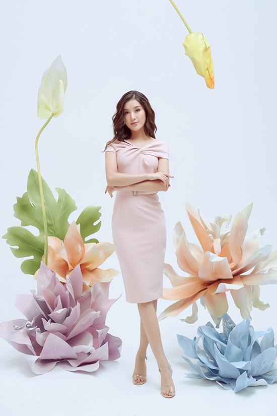 Kết hợp cùng đường nét nhẹ nhàng của dòng trang phục ứng dụng là tông màu chứa đựng vẻ đẹp thanh nhã.