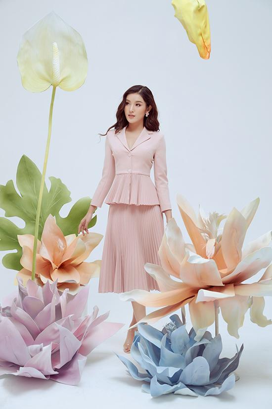 Xu hướng vải xếp ly vẫn được ưa chuộng ở mùa thời trang mới, chính vì thế nhà một Việt tiếp tục tận dụng vải chiffon để tạo nên các dáng váy mềm mại.