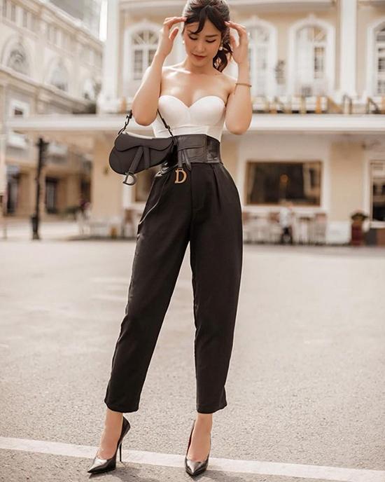 Đông Nhi ngày càng được khen ngợi ăn mặc có gu và sang chảnh hơn. Khi chụp ảnh dạo phố, nữ ca sĩ cũng chọn các phụ kiện hot trend của Dior để chưng diện.
