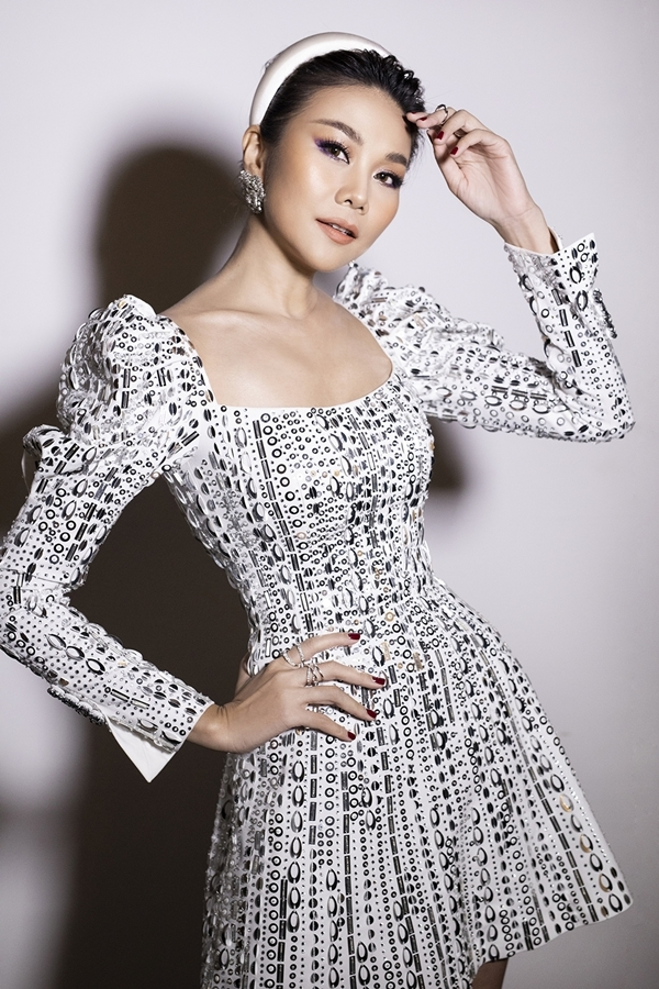 Siêu mẫu Thanh Hằng chọn đầm đính đá cầu kỳ do nhà thiết kế Tuấn Trần thực hiện.
