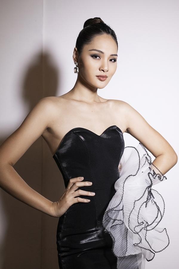 Hoa hậu Hương Giang khoe sắc vóc với