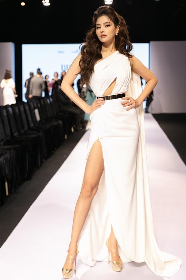 Vũ Thu Phương trở thành tâm điểmnhờ chọn váy áo, trang điểm khác lạ thường ngày.