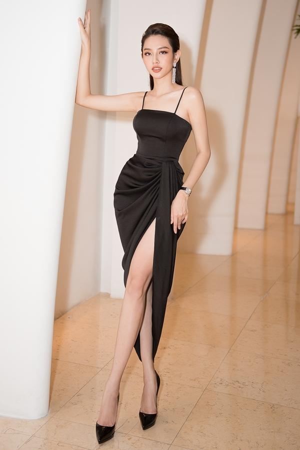 Top 5 Hoa hậu Việt Nam 2018 Thùy Tiên cũng khoe triệt để chân dài, vai thon ở event.
