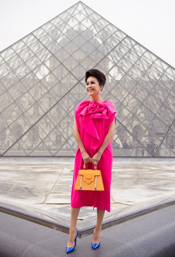 Diễm My diện đồ sắc màu trên đường phố Paris